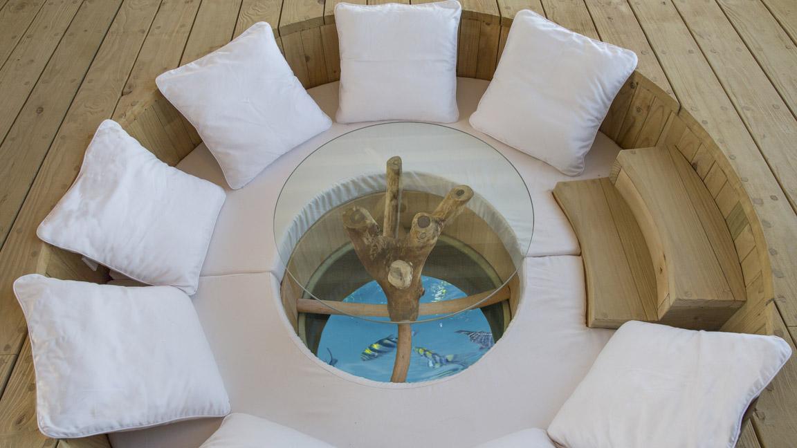 Soneva Jani - Sitzgruppe über Wasser