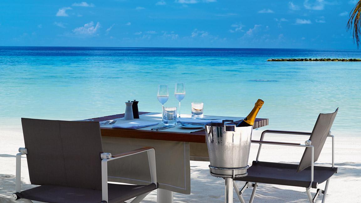 Velaa Private Island - Athiri Restaurant - Privates Dinner am Strand