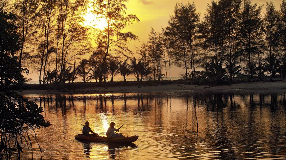 Soneva Kiri Resort Sonnenuntergang mit kayak