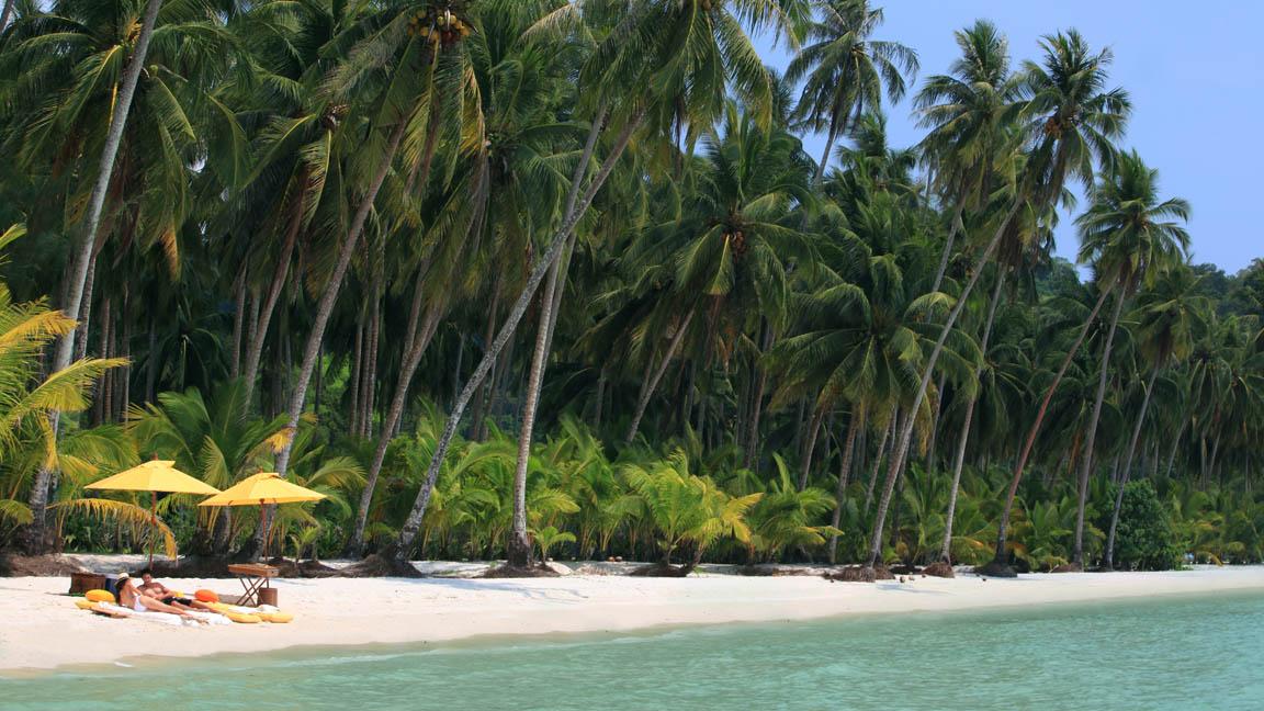 Soneve Kiri - Private Beach Picnic by Herbert Ypma