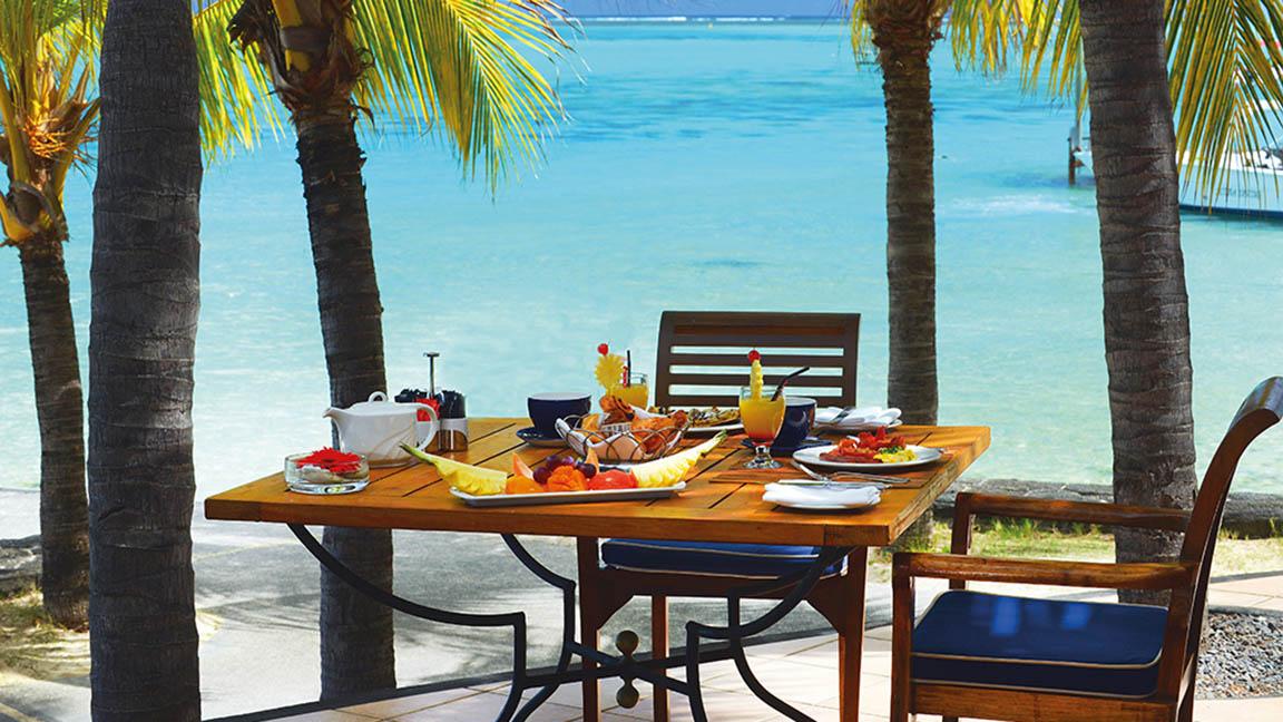 Beachcomber Paradis - Frühstück unter Palmen