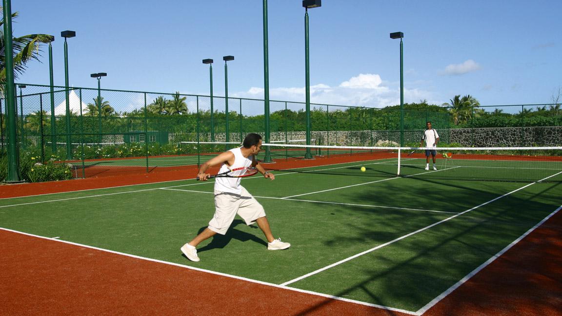 Constance Belle Mare Plage - Tennisanlage mit Flutlicht
