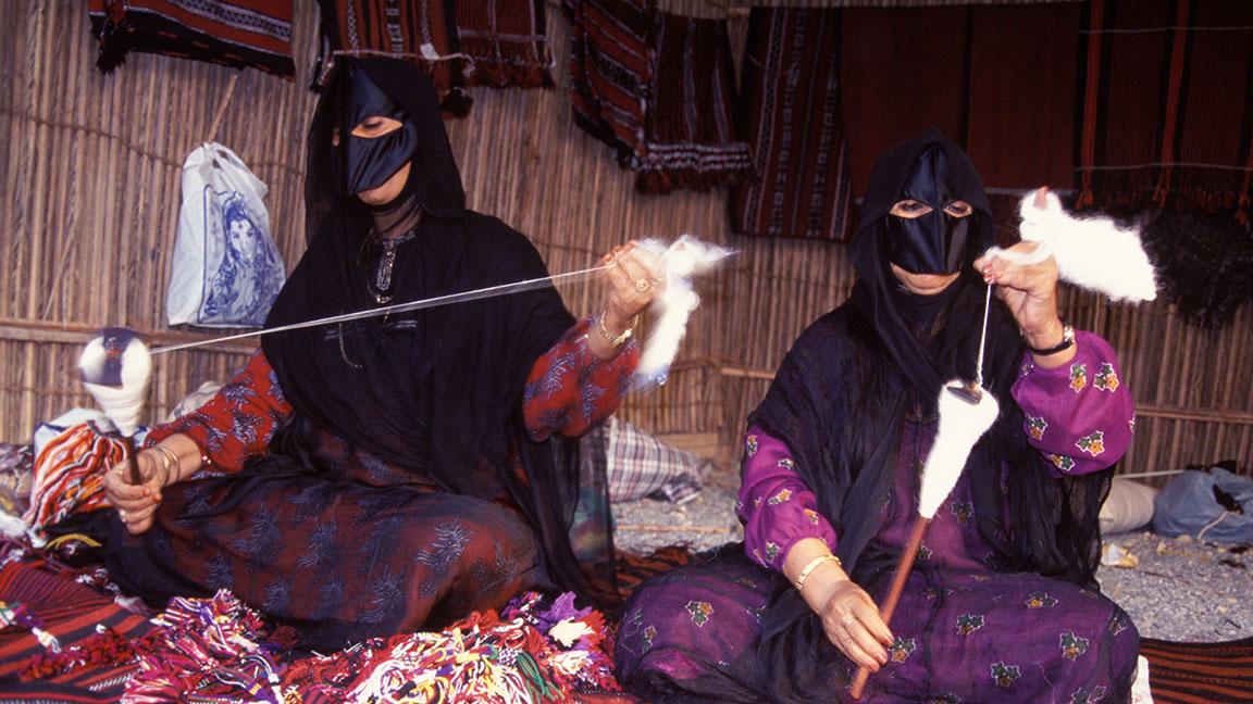 Beduininnen beim Spinnen