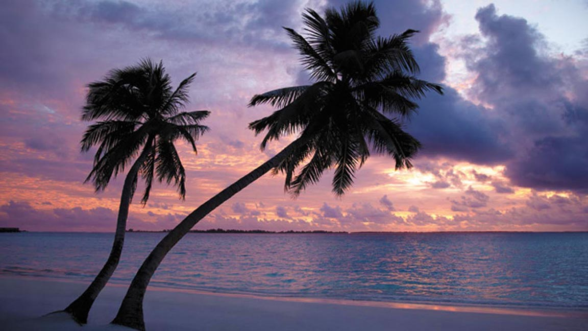 Shangri-La's Villingili Resort & Spa - Sunset am Hauptstrand des Resorts