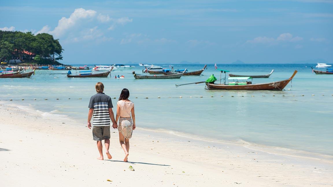 Paar am Strand in Thailandurlaub