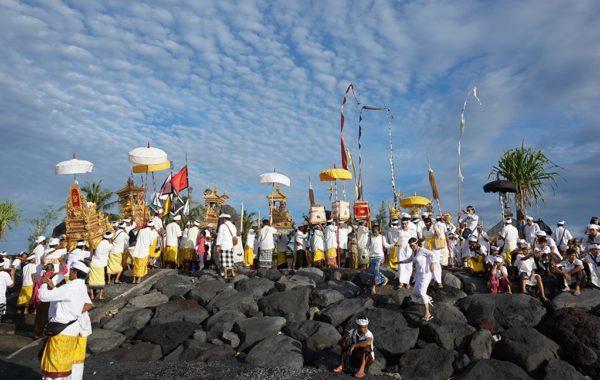 Zeremonie auf Bali mit vielen Personen in traditioneller Kleidung