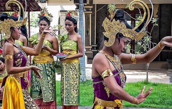 Tänzerinnen auf Bali in traditioneller Kleidung