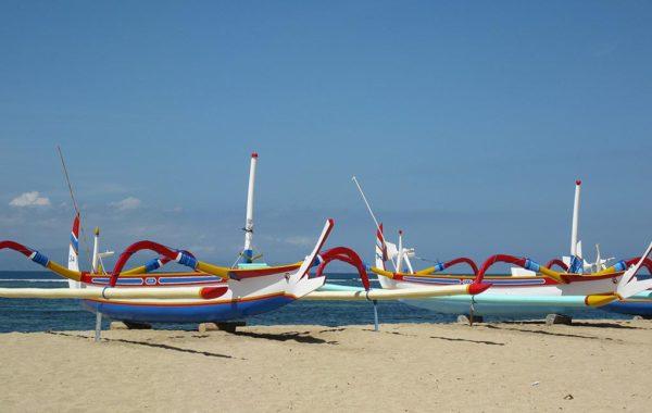Strand von Bali mit Booten
