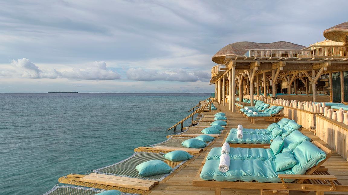 Deck mit Liegen am Meer im Soneva Fushi Resort