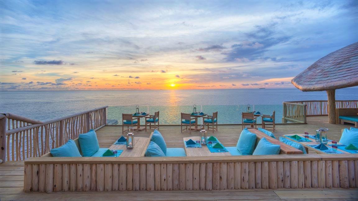 Tische am Meer im Soneva Fushi Resort