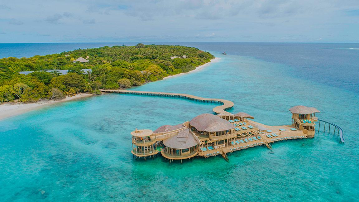 Luftbild mit Blick auf das Soneva Fushi Resort mit vorgelagerter Badeplattform
