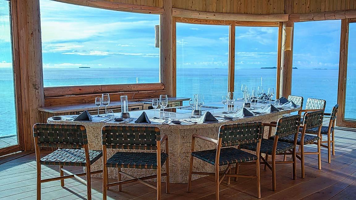Gedeckter Esstisch im Soneva Fushi Resort mit Blick aufs Meer