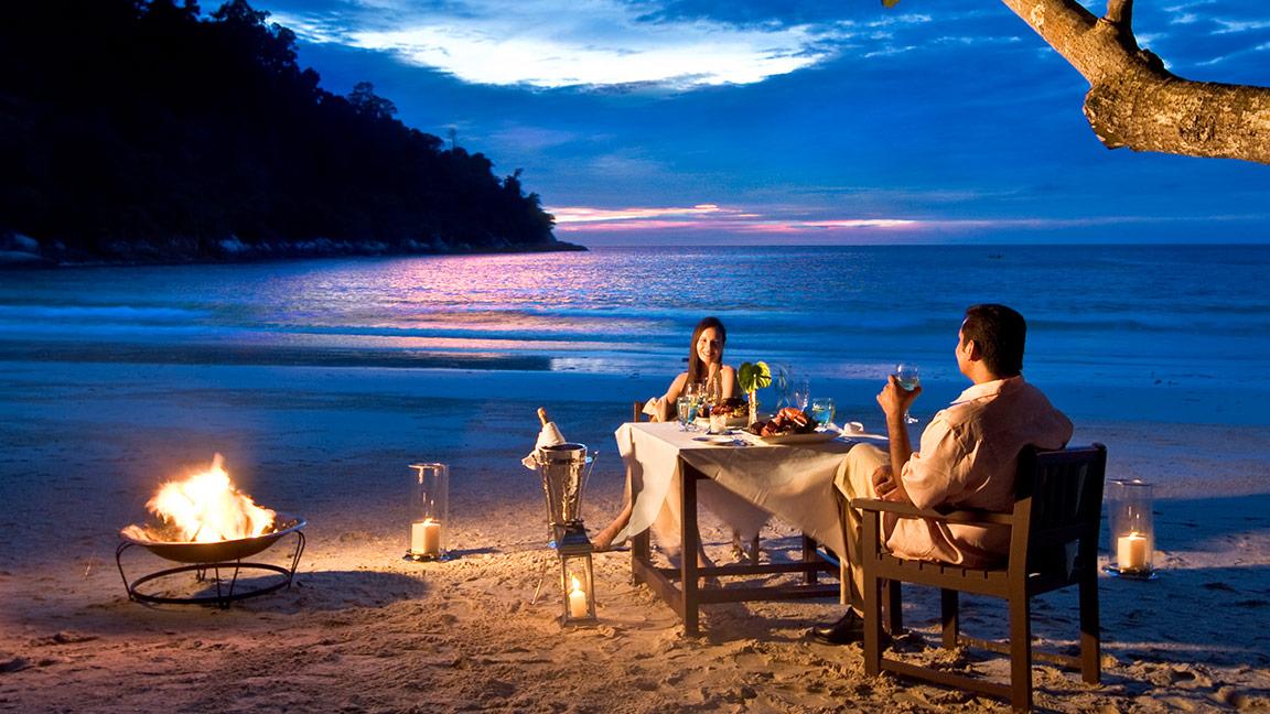Abendessen am Strand des Pangkor Laut Resorts in Malaysia