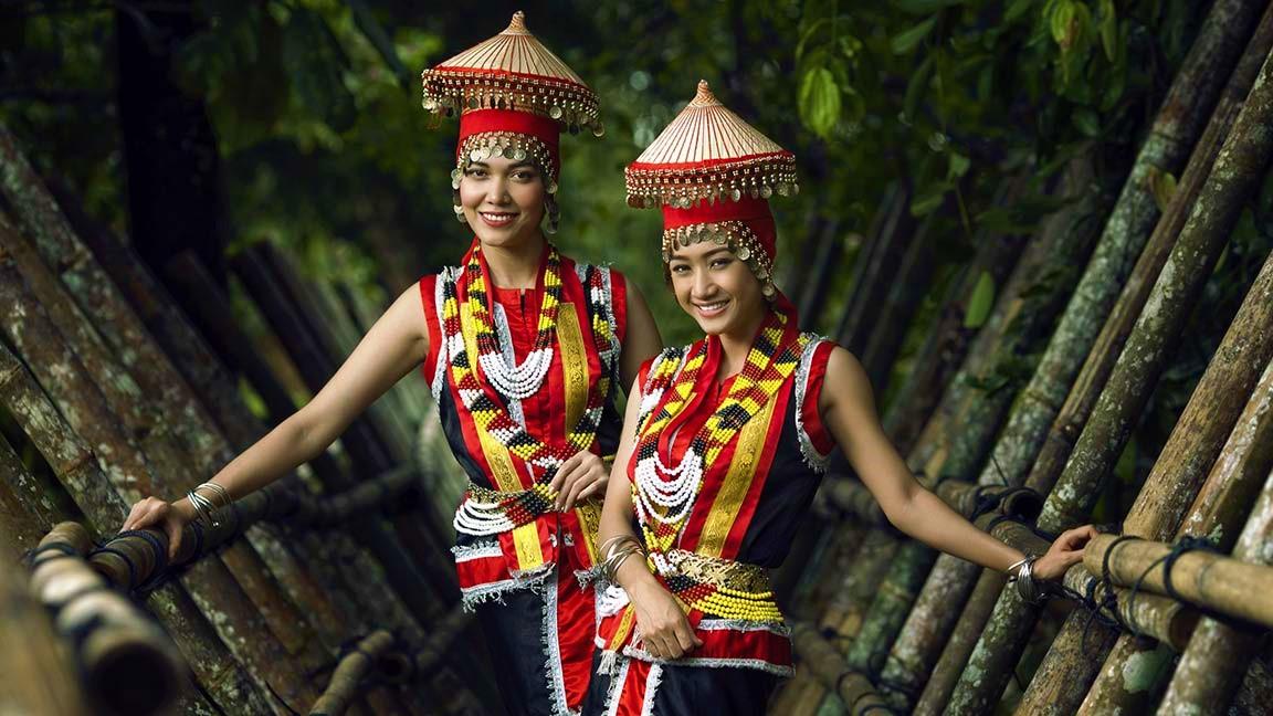 Frauen in traditioneller Tracht auf Malaysia Reise