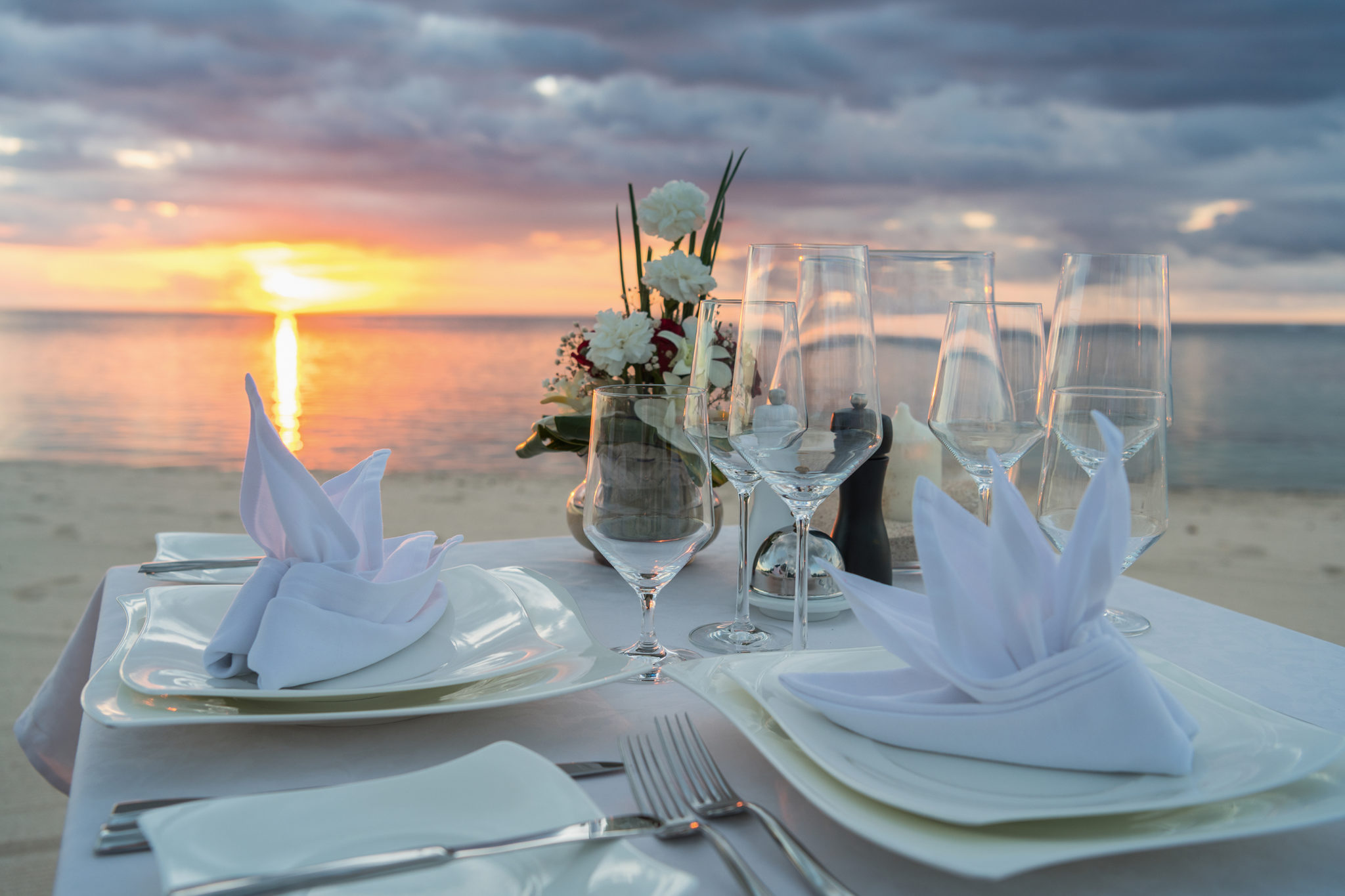 Gedeckter Tisch am Strand für Dinner nach der Hochzeit