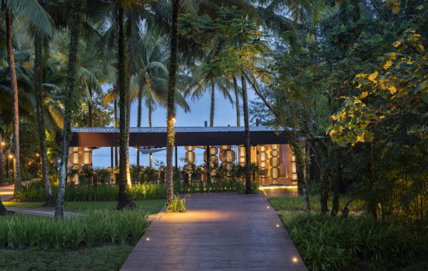 Blick in den Garten mit Garten Restaurant des Hotels The Sarojin Thailand