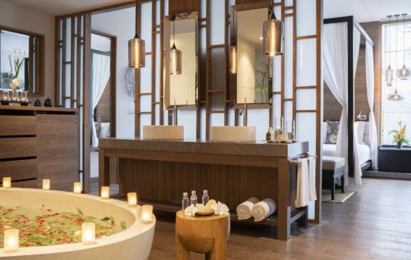 Blick in die Jacuzzi Pool Suite mit Badezimmer im The Sarojin Thailand
