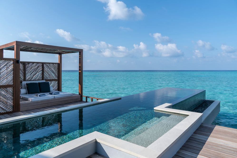 Four Seasons Resort Malediven Blick vom Pool ins Meer