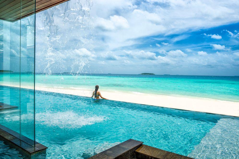 am Pool mit Blick aufs Meer