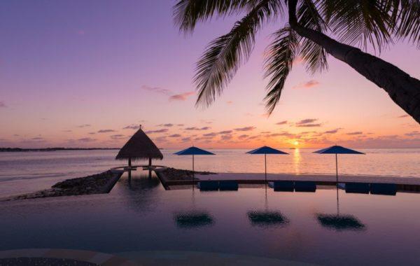 Pool mit Blick aufs Meer mit Sonnenuntergang