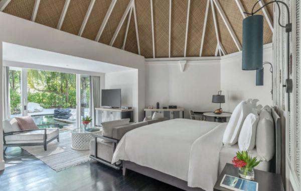 Garten - Zimmer mit Bett und Blick auf den Pool