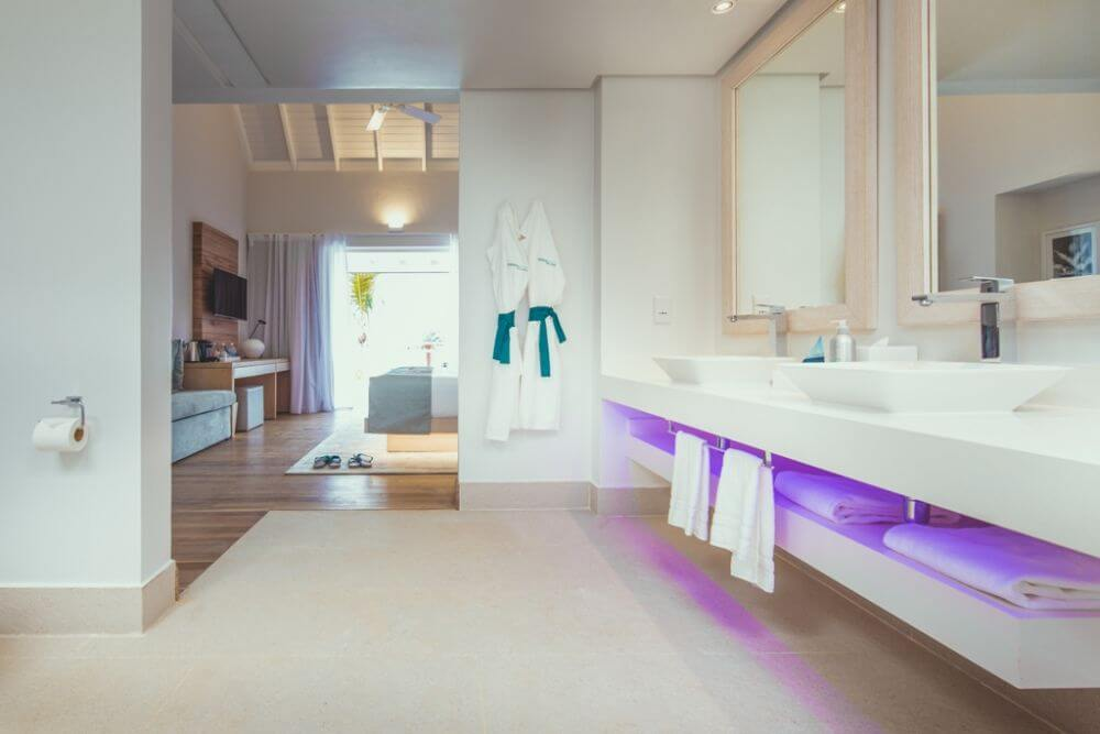 Badezimmer mit Bademänteln