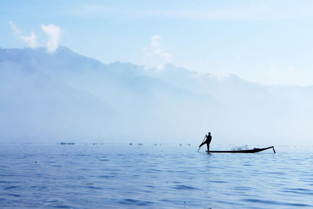 Fischer auf dem Boot im See