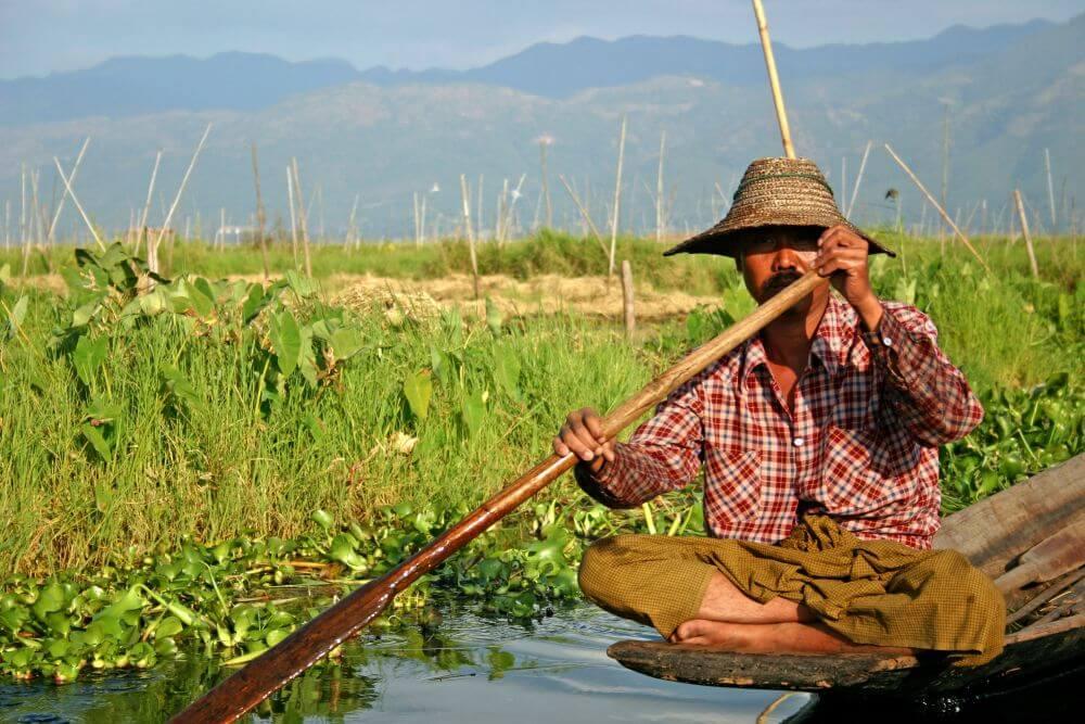 Fischer im Schneidersitz auf seinem Boot