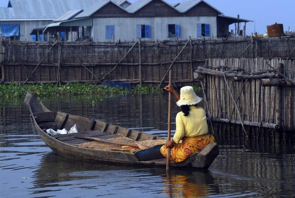 Frau im Boot auf Flussarm