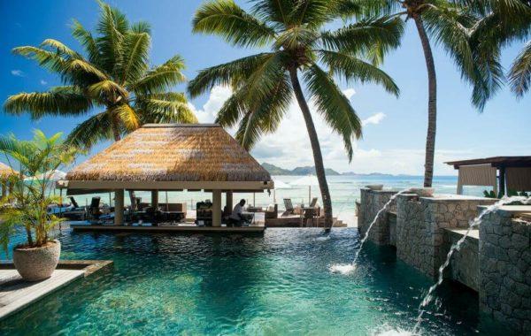 Pool mit Wasserspeiern und Bar