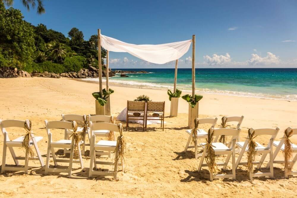 Hochzeitsgesellschaft am Strand