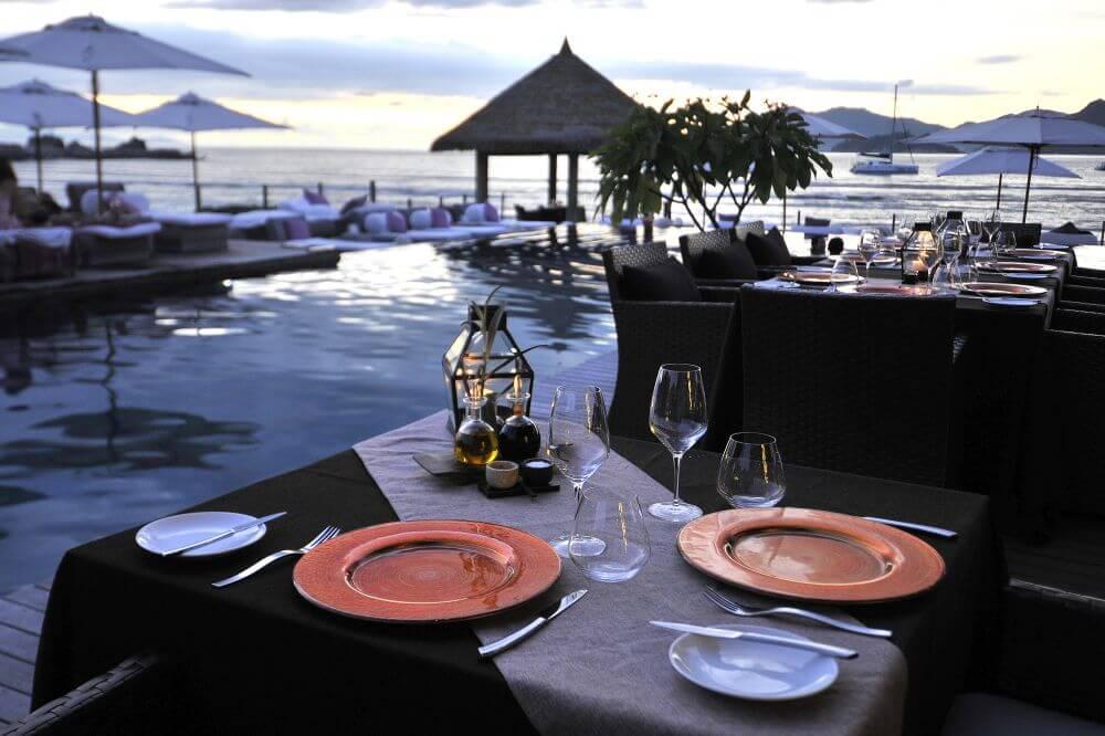 Abendessen am Pool mit Blick aufs Meer