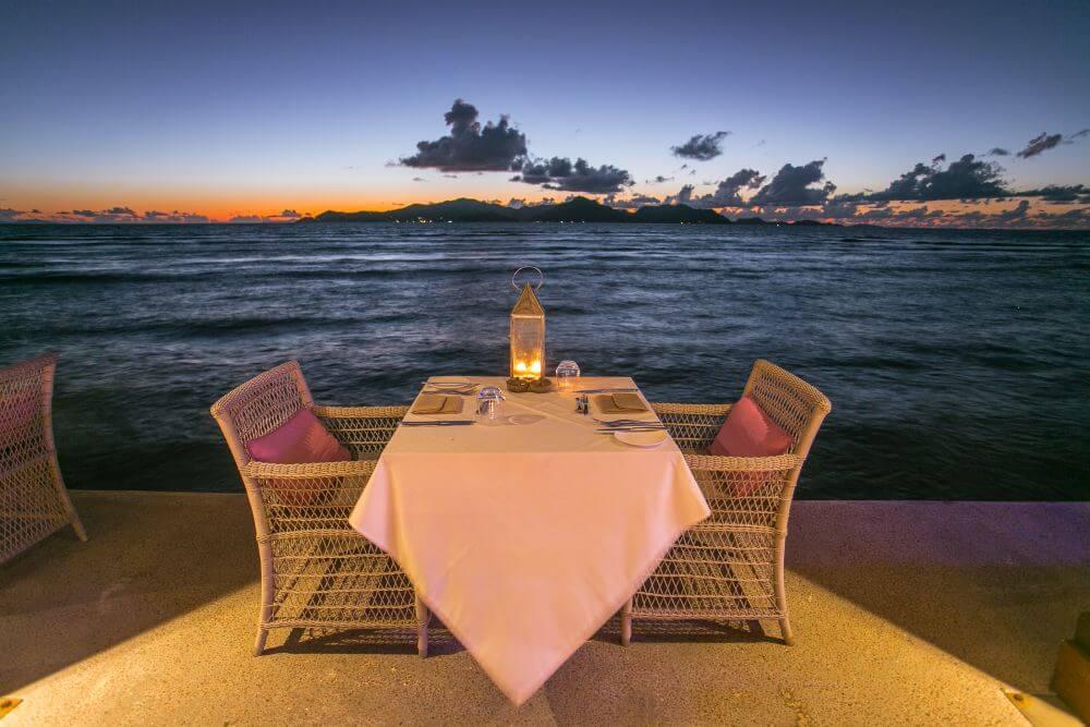 Tisch am Ufer