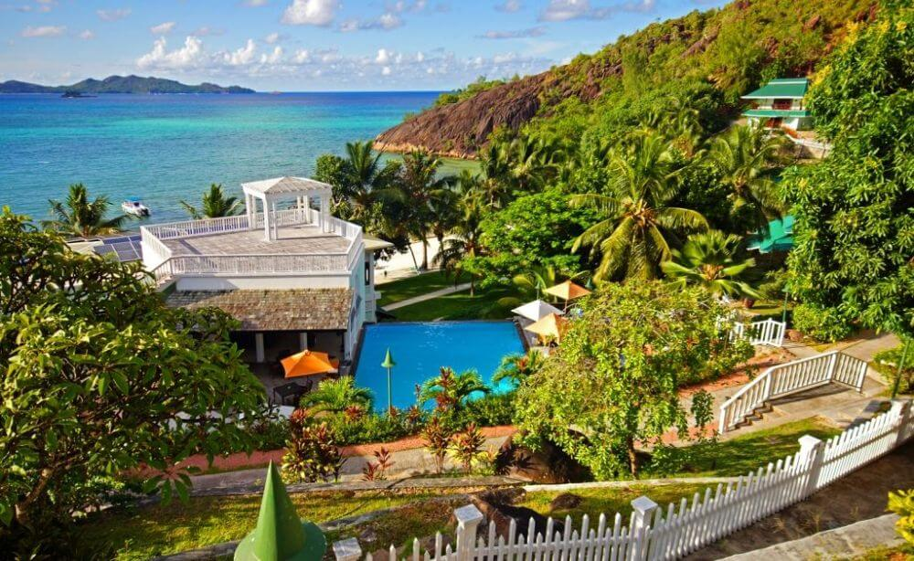 Hotelalage am Meer mit Pool und Palmen