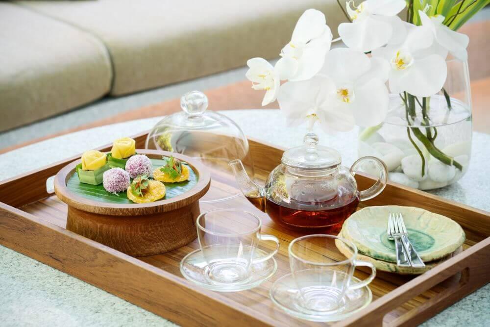Teetablett mit Orchideen