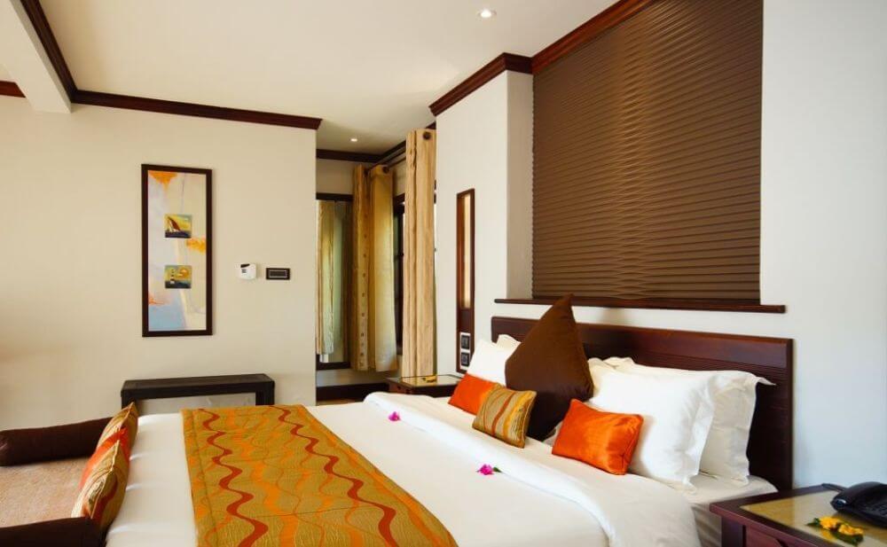 Zimmer mit Blumen auf dem Bett