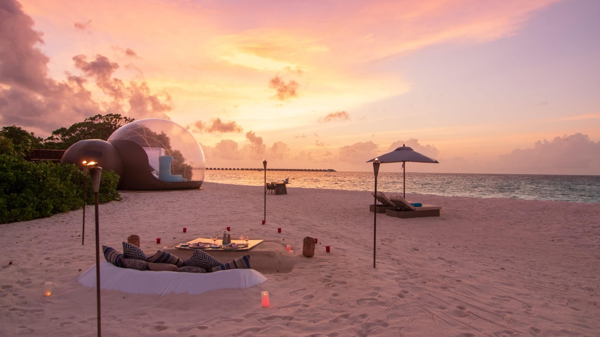 Sonnenuntergang im Finolhu Resort am Strand mit Blick aufs Meer