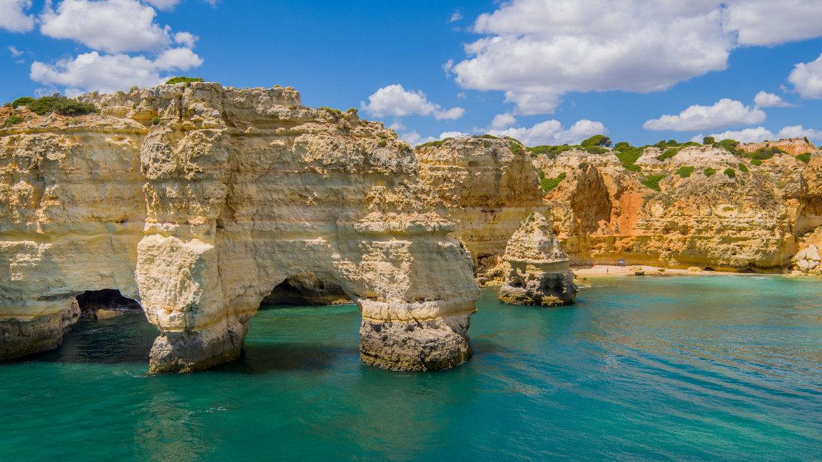 Strandurlaub Algarve: Felsformationen an der portugiesischen Algarveküste
