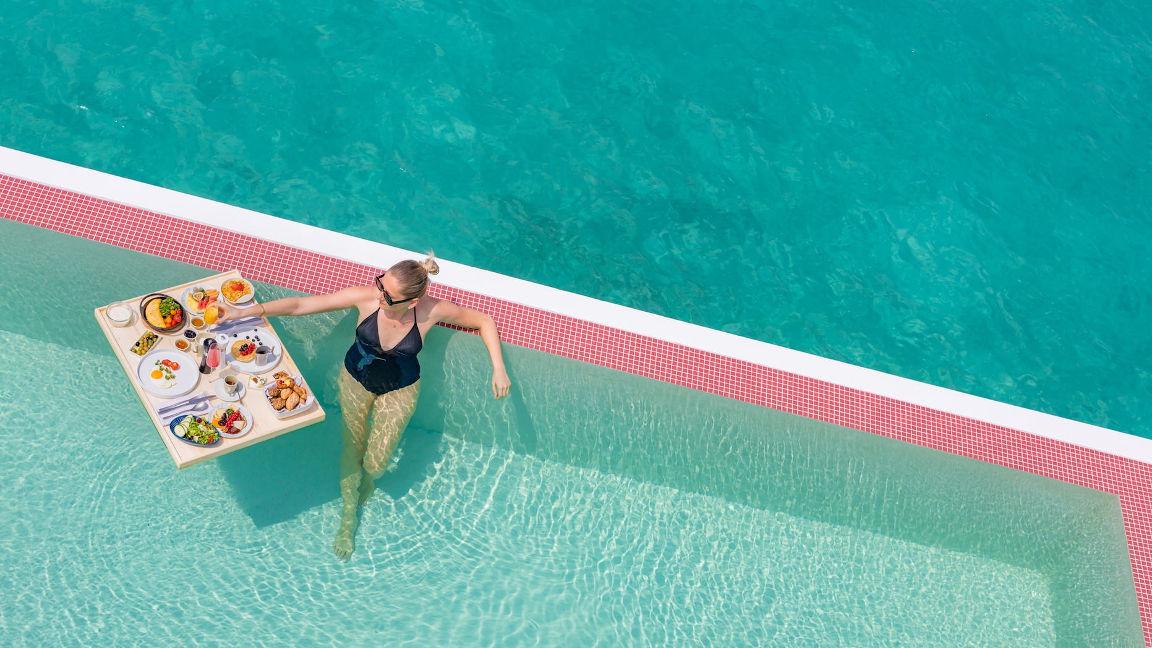Schwimmendes Frühstück in der Wasservilla