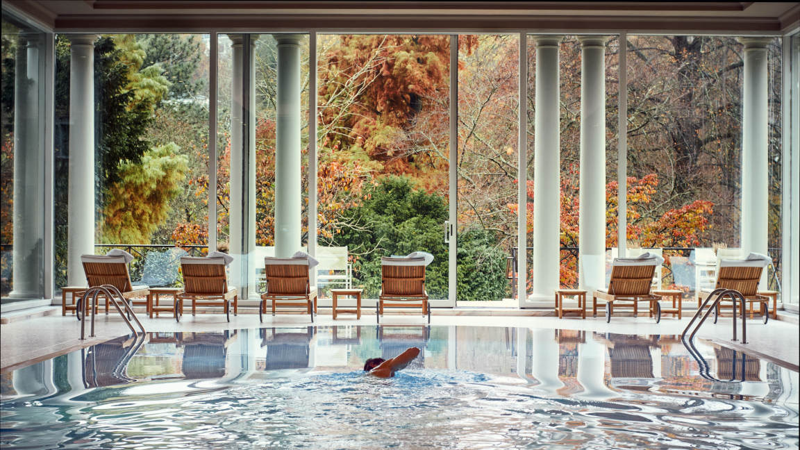 Brenners Park Hotel Pool im Herbst